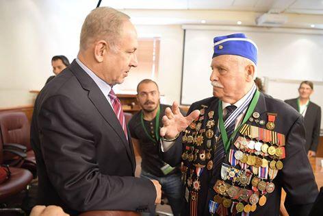 Benjamin Netanjahu mit Max Privler, einem der Fackel-Anzünder