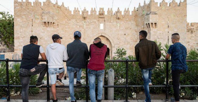 Junge Palästinenser blicken auf das Damaskustor in der Altstadt Jerusalems