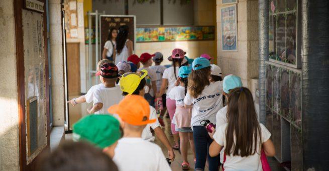 Israelische Kinder beim ersten Schultag. In der Grundschule lernen sie noch nichts über Darwins Evolutionstheorie.