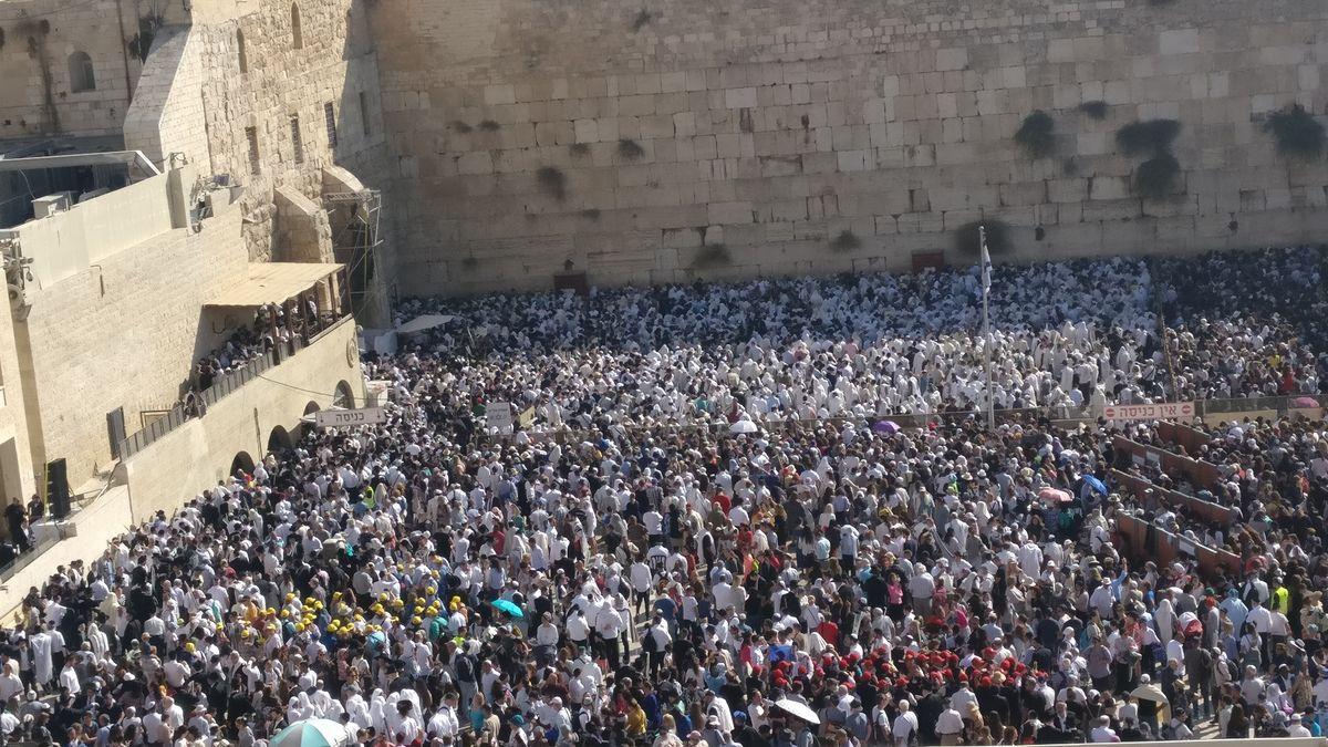 Zehntausende Juden empfangen an Sukot den Priestersegen an der Kotel.