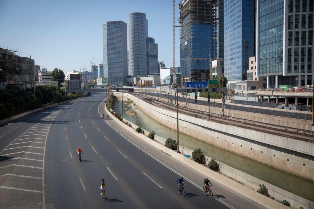 Bild: Israelis fahren Fahrrad auf einer Schnellstraße in Tel Aviv am Jom Kippur. Quelle: Miriam Alster/Flash 90