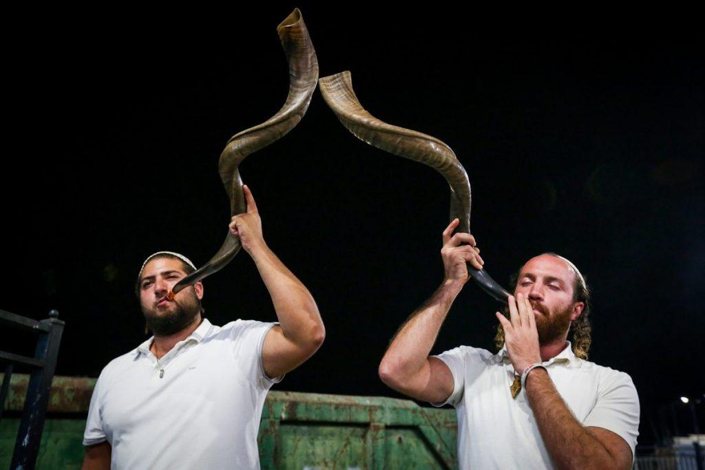 Zwei Mönner blasen das Schofarhorn. Quelle: David Cohen/Flash90