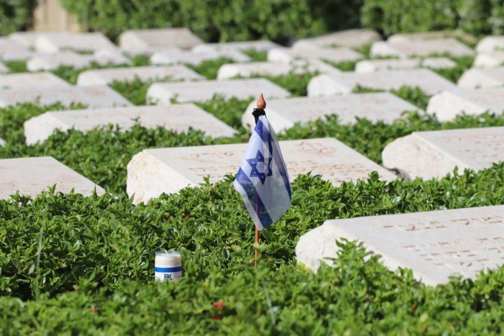 Israelische Flagge in einem Soldatenfriedhof in Haifa.