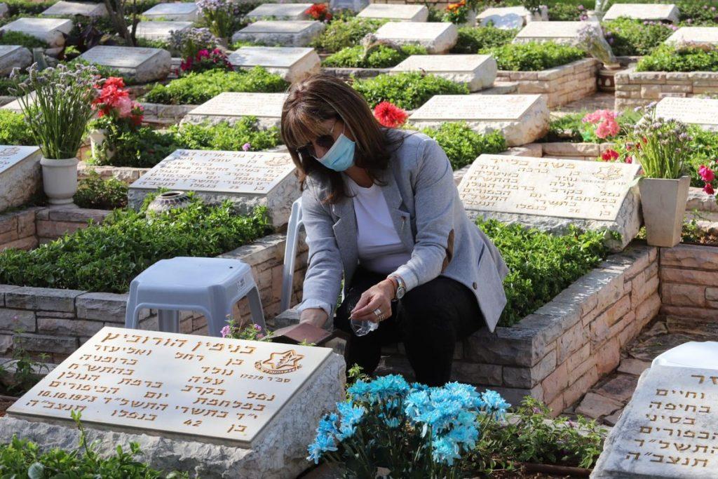 Israelische Frau betet am Grab eines gefallenen Soldaten.