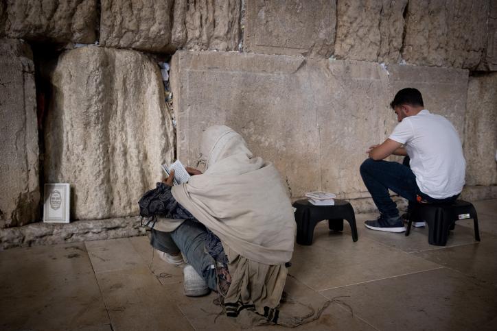 Juden betrauern die Zerstörung der Tempel an der Klagemauer.